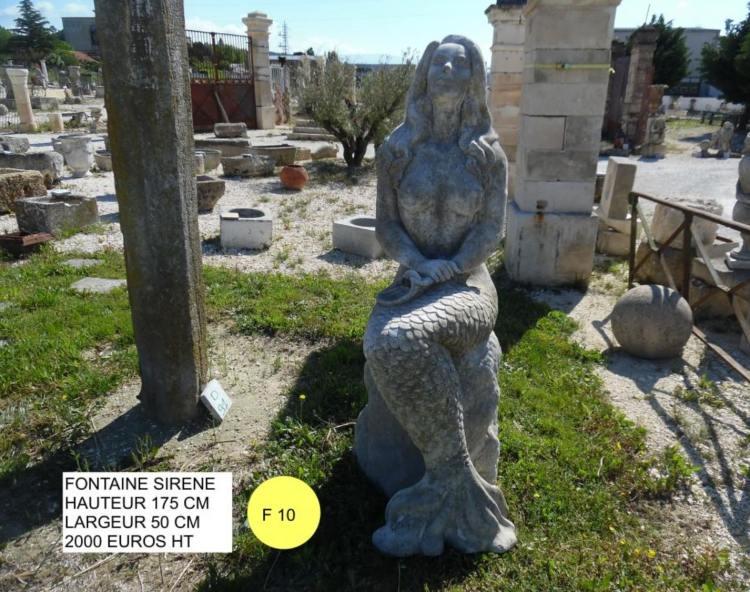 Fontaine en pierre en forme de sirène vendue par Lemiere Matériaux