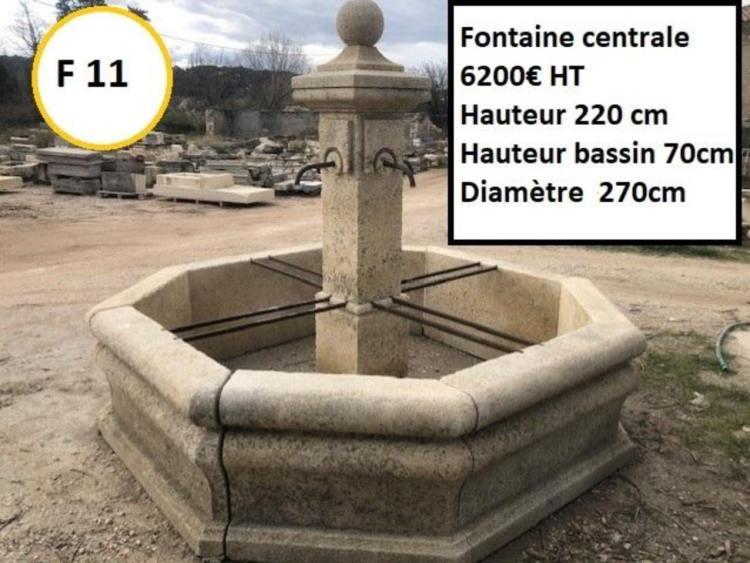 Fontaine en pierre centrale typique village provençale avec colonne à 4 robinets et margelles à vendre par Lemiere Matériaux dans le Vaucluse