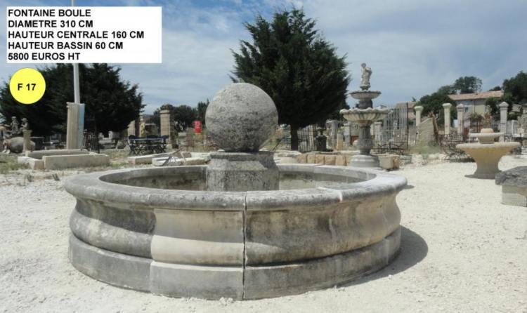 Fontaine en pierre avec colonne à boule et margelles à vendre pour jardin et parcs par Lemiere Matériaux dans le Vaucluse près d'Avignon 84 et exposée à Valaurie la Drôme 26