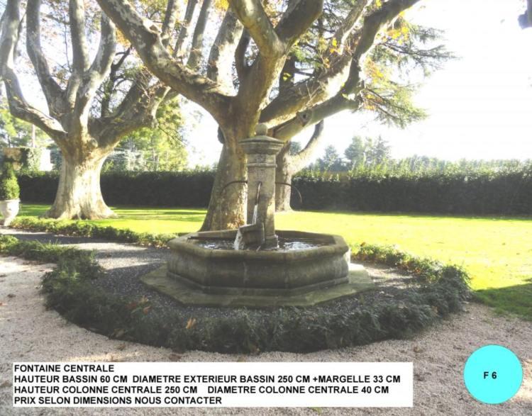 Fontaine centrale en pierre avec colonne centrale, margelle et bassin à 4 robinets pour grand jardin, parc ou place de village