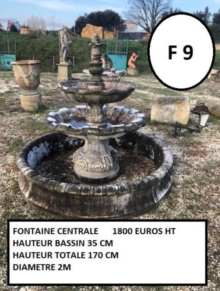 Fontaine avec colonne à double vasque en pierre, fontaine à pierre taillée et décorée avec petit bassin