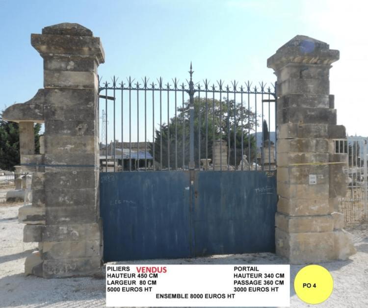 Piliers de portail ancien à vendre, ensemble piliers en pierre et portail ancien en fer forgé vendu par Lemiere Matériaux Anciens dans le Vaucluse et la Drôme à 8000€HT